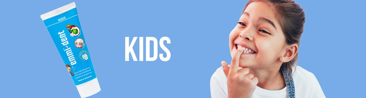 Mädchen zeigt ihr Zähne nach Benutzung mit Kids Ultraschallzahncreme