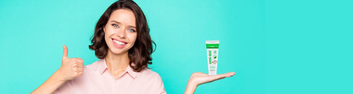 Frau gibt Daumen hoch für Ultraschall Zahncreme Fresh